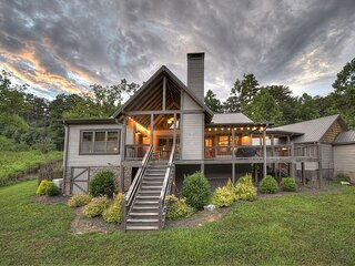 Willow Springs Retreat is a stunning rustic modern design 3 bedroom cabin!!