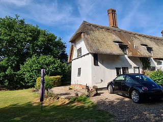 Meadow View 2 bed thatched cottage with large private garden