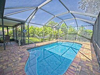 Private Screened in Pool Home! Pet Friendly - Near Marble Park, Tennis & Basketb