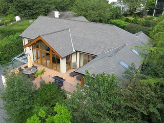 Modern House with Lake Views, Hot Tub and Cinema - Central Bowness!