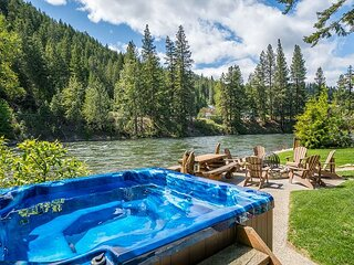 Moosehead Lodge-Log Cabin on the Wenatchee River, WiFi, Hot Tub, and more
