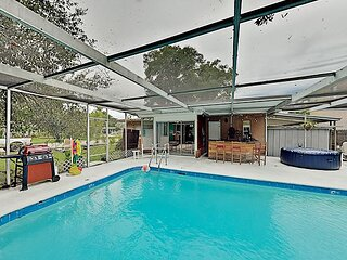 The Coolest Clearwater House   Backyard Pool, Hot Tub, Lanai & Bar