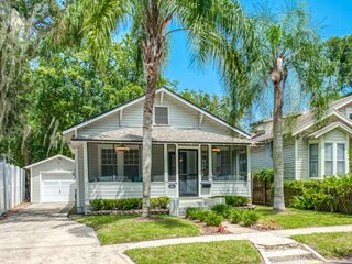 Adorable Bungalow -Walking distance to Downtown Attractions, Fenced Yard, Parkin