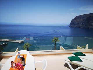 ROMANTIC RETREAT IN PRIME POSITION WITH STUNNING VIEWS TO CLIFFS, MARINA & SEA.