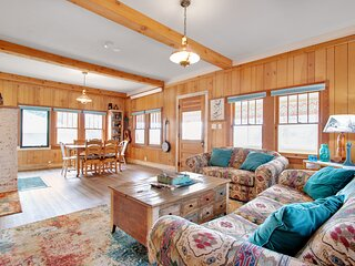 Charming cabin w/full kitchen, furnished deck, & incredible views!