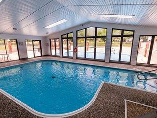 INDOOR pool in the HEART of Branson near NEW aquarium! Quiet complex!