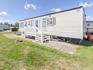 By the seaside dog friendly caravan at Haven Hopton in Norfolk ref 80015W