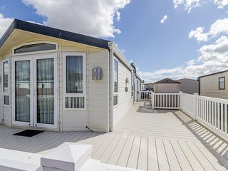 Luxury dog friendly lodge by the beach - so much to do in Suffolk ref 40126ND
