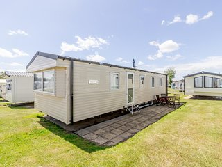 Immaculate caravan at Hopton on Sea in Norfolk sleeping 8 ref 80041F