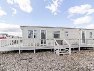 Spacious caravan for hire with decking by the beach in Suffolk ref 40094ND