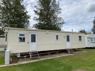 Spacious 8 berth caravan for hire at Southview Holiday park. ref 33002TC