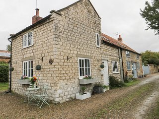 GREAT HABTON COTTAGE, pet-friendly, WiFi, great touring location, period