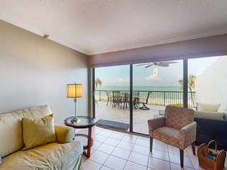 Steps to Beach! Enormous Private Beachfront Patio, Totally Renovated 3rd Floor O