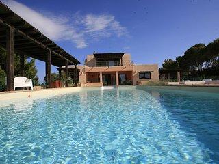 Casa de lujo con impresionantes vistas y piscina.