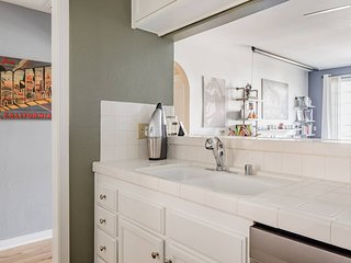 Comfy Condo Between Melrose Avenue and Rodeo Drive