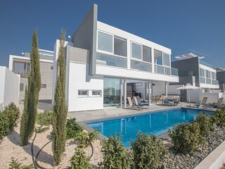 Blue Pearl 15, Brand New 3 bedroom villa with very large garden and pool