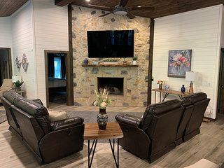 4 Bedroom with the most Amenities on Mt Fork River