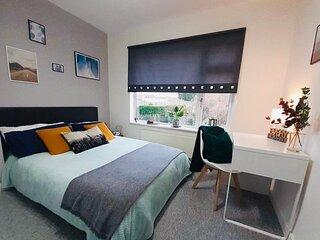 'Six Eighteen' Large Parking CCTV 3 Bedroom House Garden WiFi