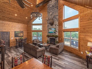 Private Lakefront Lodge 8Bed/8BA ~FREE Resort Amenities~2 miles to SDC