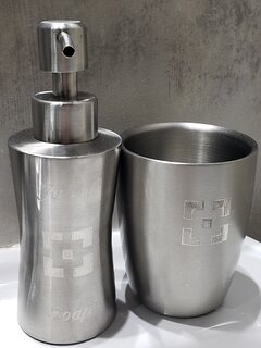 Dispenser jabón  y vaso del baño con logo