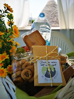 Cesto per gli ospiti con regalo souvenir