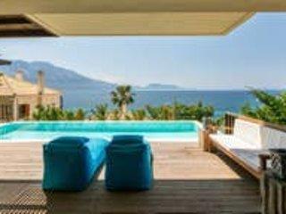Villa Kalamos. 4 bed, sleeps 10. Private pool, next to the sea, aluguéis de temporada em Palairos