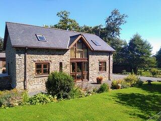 THE CARNAU LODGINGS, enclosed garden, dog friendly, Newbridge-on-Wye