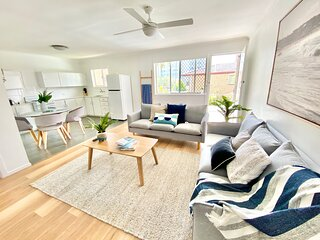 KIRRA FAMILY BEACH PAD – 3 Bed – Walk to Everything