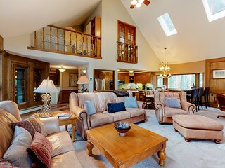 Large dog-friendly cabin w/Ping-pong table/poker table/deck near Breckenridge!
