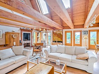 Elegant & massive, dog-friendly house w/mountain views & large furnished deck