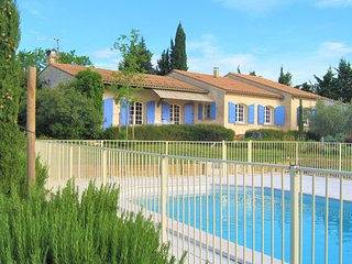 Nice home in Serignan du Comtat with WiFi, Outdoor swimming pool and 3 Bedrooms