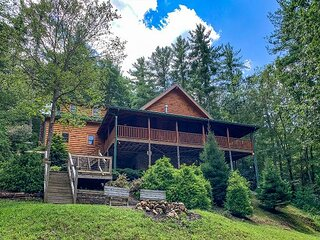 Pine Log Lodge -Log Cabin W/Babbling Creek, Hot Tub, Fire Pit & 2 Kings!