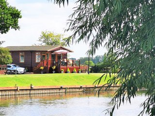 Bend in the River Lodge on the banks of the River Avon with panoramic views