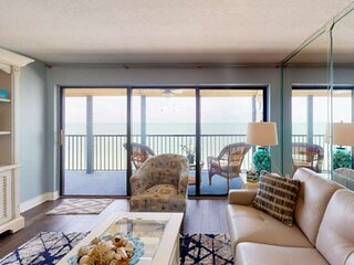 Top Floor Unit. Premier Beachfront Building. For the Most Discerning of Guests.