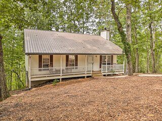 NEW! Peaceful Retreat, Short Hike to Waterfall!