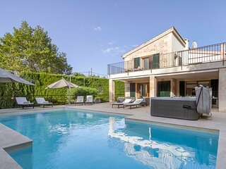 Fantastic villa in Pollenca, 5 minutes walk to the square. Private pool, jacuzzi