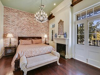 The Balcony: 3 bedroom apartment in the ❤ of NOLA w/ Balcony & Courtyard
