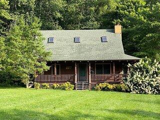 2BD 2BA Cozy Log Cabin, Easy Paved Access, View, Gas Log, Hot Tub, Wifi Pond