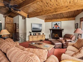 Spacious Aspen Mtn Ski-In/Out. Outdoor Heated Pool. Parking, Gas Fireplace, Moun