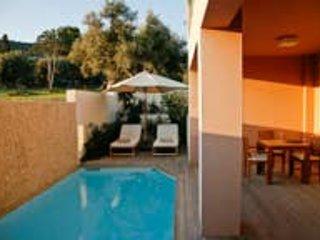 Ionian Nest 2 Bed Luxury Apt with Private Pool -, aluguéis de temporada em Palairos