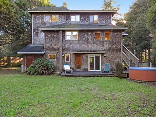 Contemporary home on an acre of redwoods w/ hot tub - minutes to the beach!