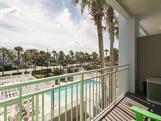 Great Gulf Place condo close to beach & everything w/ free WiFi, Patio, & pool!
