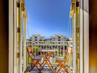 Beachy condo w/ free WiFi & shared pool/hot tub - short walk to the beach!