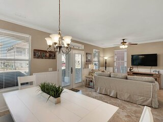Gorgeous Home Sleeping 16! Community View, Shared Pool, Den!