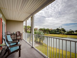Beautiful condo w/ balcony view of lake fountain & gulf coast + free WiFi!