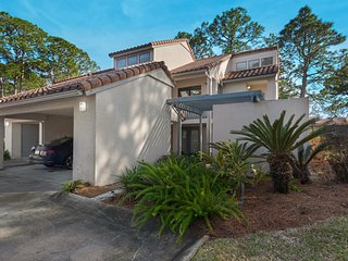 Bright and airy retreat w/shared outdoor pool, sauna, and tennis/basket courts