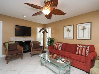Ground floor townhome w/prime location, shared outdoor pool, hot tub, sauna