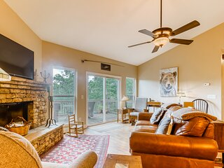 Cabin-inspired house with sweeping mountain views and central AC - dog friendly!