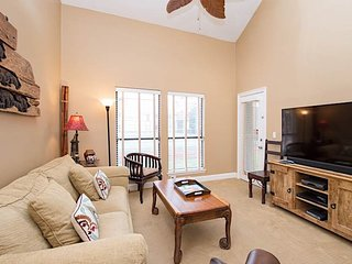 Lovely and convenient house in tennis-themed resort w/shared pool & hot tub