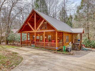 Charming cabin with creek views, firepit, full kitchen, & free WiFi & cable!